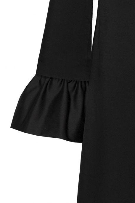 A detachable bellcuff sleeves on smart coat.